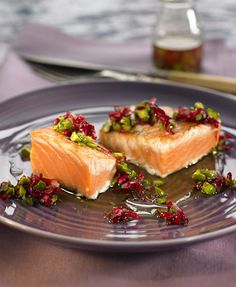 Salmon with Pistachio and Roses with some Saronsberg Provenance Rose on the side. A match made in heaven! Tapas, Vodka, Flower Food, Fabulous Foods, Salmon Recipes, Main Meals, Sweet Recipes, Yummy Treats, Pistachios