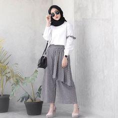 Harga : Azkia Monalisa Set Bahan : Atasan (Balotelli) Bawahan (Celana k. Hijab Casual, Hijab Chic, Muslim Fashion, Modest Fashion, Trendy Fashion, Fashion Outfits, Womens Fashion, Outfit Essentials, Hijab Mode Inspiration