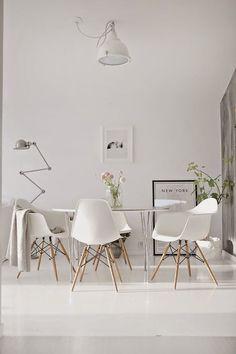 Trendwelt: Designstuhl in Weiß aus Kunststoff mit Holzbeinen