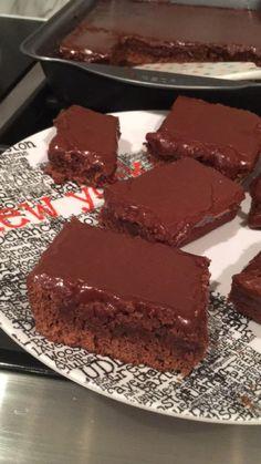 Ooey Gooey Fudge Brownies Your family will love these brownies - . - Ooey Gooey Fudge Brownies Your family will love these brownies – # - Brownies Caramel, Beste Brownies, Homemade Brownies, Oreo Dessert, Brownie Desserts, Brownie Bar, Brownie Recipes, Brownie Fondant, Fudge Brownies
