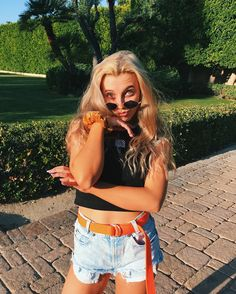 Follow me for more pins like this one 💗 @strangertumblr Emma James, Summer Outfits, Cute Outfits, Emma Chamberlain, Poses, Celebs, Celebrities, Clothes, Style