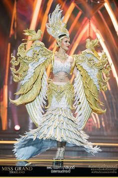 Miss Grand Thailand 2017 'Kra Bi' Blackpink Fashion, Weird Fashion, China Fashion, Traditional Thai Clothing, Traditional Dresses, Bird Costume, Costume Dress, Thailand Costume, Miss Universe National Costume