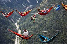 """Balazs Mohai (EFE)  Atletas aficionados al deporte extremo descansan colgados sobre unas hamacas durante el encuentro internacional """"Highline"""" en Monte Piana, Cerca de Misurina, en los Alpes Italianos (septiembre 2014)."""