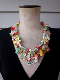 Vintage toys and flower necklace, unfortunately already sold. Jewelry Crafts, Jewelry Art, Handmade Jewelry, Jewelry Design, Found Object Jewelry, Baubles And Beads, Flower Necklace, Vintage Toys, Manualidades