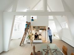 Architects Akira Mada and Maya Mada of MAMM Design took on a project in 2013 to renovate a duplex unit in an building in Amsterdam. To meet the requirements of the family of four living in the house, who wanted to maximize their living. Architecture Renovation, Cabinet D Architecture, Architecture Design, Luxury Apartments, Luxury Homes, Mos Architects, Amsterdam Apartment, Espace Design, Apartment Renovation