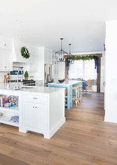 Holiday Housewalk - Lake house navy and white Christmas decor tour. Natural greens and garlands mixed with navy, greys and white. Beach Cottage Style, Concept Home, Open Concept, White Cottage, Construction, Beach Cottages, Traditional House, Home Decor Inspiration, Decor Ideas
