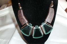 ETNO+III,+zelenohnědé,+náhrdelník+zhotovený+z+velkých+keramických+a+skleněných+komponentů+ruční+výroby,+vyrobených+z+recyklovaného+skla+na+Borneu+a+korálků+z+obecného+kovu+v+barvě+stříbra.+Návlek+kulatá+kůže,+zapínání+OT.+Délka:+50+cm