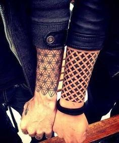 .  . Tätowierte Schmuckbänder und Armreifen sind zur Zeit der absolute Trend in der internationalen Tattoo-Szene. Meist sind die Motive in geometrischen, sehr einfachen Formen gehalten. Die Tattoos können ohne tiefen Sinn, also einzig als gelungene Accessoire-Tätowierung gestochen werden. Manchm…