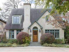 Com estilo chalé de campo, esta casa ficou adorável com os tijolos clarinhos contrastando com o telhado acinzentado e as janelas azuladas.