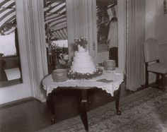 JFK & JACKIE == A big cake for a big wedding! Photographer Arthur Burges took a photo of the Kennedy's five-tiered wedding cake during their reception in Newport, Rhode Island, which drew in more than 1200 guests on Sept. Jackie Kennedy Wedding, Jfk And Jackie Kennedy, Les Kennedy, John Fitzgerald, 22 November, Old Pictures, How To Take Photos, Celebrity Weddings, Floral Wedding