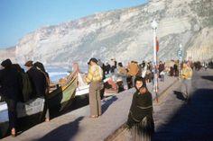 Nazaré 1955/56 por Bette Adelman Portugal, Holy Land, Merida, Baby Wearing, Portuguese, Spain, Around The Worlds, Folk Costume, Mountains