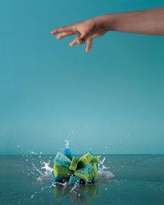 Snij wat keukensponsjes in lange repen. Bindt ze vast. Emmer water erbij en gooien maar. Gaat langer mee dan een waterballon.