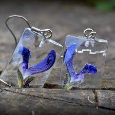 Náušnice / Earrings / Orecchini   Krásne náušnice s príveskami zo živice. Povrch príveskov imituje brúsený drahokam, zadná strana je rovná. V živici sú zaliate výrazné fialovo-modré kvety. Prívesky sú dvakrát...