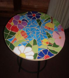 Mesa decorada con mosaico de cerámica, por Noepilar Mosaic Stepping Stones, Stone Mosaic, Mosaic Glass, Mosaic Tray, Mosaic Tiles, Mosaics, Mosaic Crafts, Mosaic Projects, Warm And Cold Colours