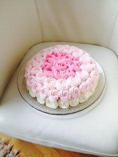 Ruusuja anopille <3 Sokeripohjakakku, johon anopin rakastamia ruusuja pursottelin hetken mielijohteesta. Mielestäni yksinkertainen, mutta puhutteleva:Rakkaalle 85-vuotiaalle anopilleni. Kiitos Paula! #mitätahansaleivotkin #leivojakoristele #droetker #kakku #koristelu #ruusu #pinkki #vaaleanpunainen Paula