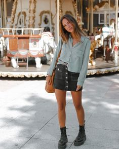 Doc Martens have been in style for almost 60 years, discover what made them so popular. We also discuss how to wear them in style! Dr Martens Outfit, Doc Martens Outfit Summer, Doc Martens Style, Look Fashion, Girl Fashion, Fashion Outfits, 90s Fashion, Dr. Martens, Look Retro