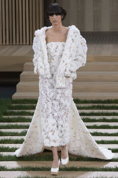 With an eye to sustainability, Karl Lagerfeld incorporated recycled paper, organic yarns, and even wood chips into his Spring 2016 Chanel couture collection. Chanel Couture, Paris Couture, Couture Wedding Gowns, Haute Couture Dresses, Haute Couture Fashion, Wedding Dresses, Wedding Pics, Couture Week, Spring Couture