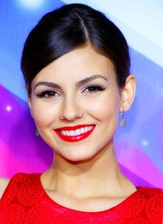 Victoria Justice Red Lipstick - Victoria Justice pearly whites glowed beneath her bright cherry-red lips at the 2012 Halo Awards. She Is Gorgeous, Color Me Beautiful, Victoria Justice, Beauty Lookbook, World Most Beautiful Woman, Beautiful Ladies, Hair Setting, Party Hairstyles, Party Makeup