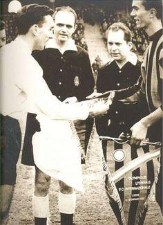 14 janvier 1959 : 1er match de coupe d'europe à Gerland, André Lerond capitaine lyonnais echange le fanion avec le capitaine de l'Inter de Milan