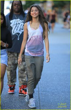 Zendaya: I've Seen 'This is the End' Three Times!: Photo Zendaya is all smiles as she spends times with friends out and about on Monday afternoon (August in Vancouver, Canada. Mode Zendaya, Zendaya Street Style, Zendaya Outfits, Tomboy Outfits, Tomboy Fashion, Swag Outfits, Casual Outfits, Fashion Outfits, Fashion Ideas