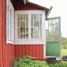 """""""I kvällens avsnitt av """"Det sitter i väggarna"""" kommer jag och @isobeleriksson att restaurera verandafönstren i hennes underbara lilla torp medan…"""""""