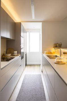 Vivienda funcional, cálida y atemporal - Mi Casa Dirty Kitchen Design, Galley Kitchen Design, Small Galley Kitchens, Home Kitchens, Kitchen Interior, Kitchen Decor, Kitchen Modular, Small Apartment Kitchen, Long Kitchen