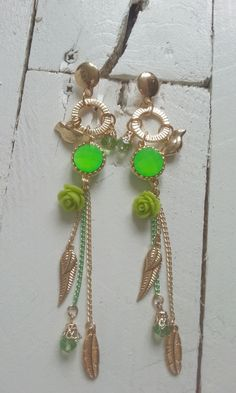 Deze oorbellen heb ik dit keer niet zelf gemaakt maar kant en klaar ingekocht. Ze waren te leuk om niet in te kopen. De oorbellen zijn lekker hip en vrolijk door de kleuren combinatie goud en groen. Je kan er ook voor kiezen om er maar eentje te dragen als je gaat voor de Boho - Style. De oorbellen zijn ongeveer 14 cm lang. http://www.yomesieraden.nl/oorbellen-golden-bird.html