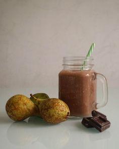 Smoothie de peras con chocolate  Rica merienda la de hoy  Ingredientes: peras aroma de vainilla canela almendra molida sirope de agave leche de avellanas crema de avellanas y caca puro