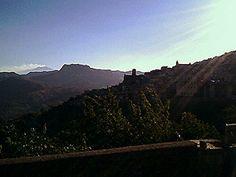 Casalvecchio Siculo (ME) - Il profilo del paese sulla destra, al centro il monte Kalfa e all'orizzonte sulla sinistra l'Etna che fuma dai crateri sommitali   da Lorenzo Sturiale