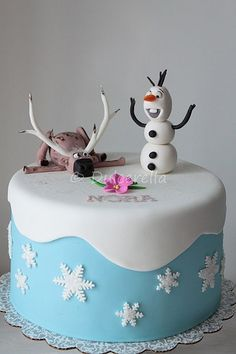 Bolo com o tema de Frozen. Cute Frozen Birthday Cake for Kids, Disney Birthday Party Ideas, Snowflake Cake, Holiday Food Decorating Pastel Frozen, Cute Frozen, Simple Frozen Cake, Sven Frozen, Cake Simple, Frozen Birthday Party, Disney Birthday, Birthday Cakes, Birthday Ideas