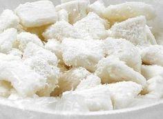 Receita de Bala de coco gelada A bala de Coco gelada fresquinha, é uma delícia e derrete na boca. O modo de fazer a receita de bala de coco exige paciência, atenção e cuidados. Excelente para para conseguir um dinheirinho extra. Ingredientes: 1 vidro de leite de coco (200ml) 200 ml de água 1 kg … Good Food, Yummy Food, Peanut Brittle, Chocolate, Diy Food, Sweet Recipes, Feta, Food And Drink, Coconut