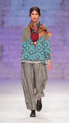 Looks frida kahlo contemporary mexican folk couture fashion style , pattern and colour with that hint at lagenlook minimalism , awesome new en trend look for 2015 Mode Style, Style Me, Bohemian Style, Boho Chic, Moda Fashion, Womens Fashion, Estilo Hippy, Advanced Style, Mode Inspiration