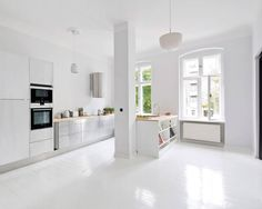 Skandynawski salon od lifelife GmbH. Urządzenie domu nie jest prostą sprawą, pod uwagę musimy wziąć wiele czynników, które będą decydowały o tym czy nasza przestrzeń jest funkcjonalna i co najważniejsze urządzona ze smakiem. Każdy pragnie wnętrza o najwyższym standardzie, którym będzie mógł pochwalić się przed rodziną i przyjaciółmi. Zobacz jak sprawić, aby Twój dom był bardziej przyjazny!  https://www.homify.pl/katalogi-inspiracji/693970/porady-o-ktorych-warto-pamietac-przy-urzadzaniu-domu