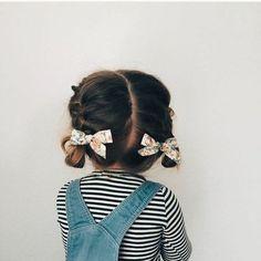 magnifique coiffure bebe avec des tresses et formidables noeuds