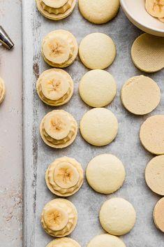 Banana Cream Pie Macarons - cambrea bakes Macaron Flavors, Macaron Recipe, No Bake Desserts, Easy Desserts, Dessert Recipes, Macaron Cookies, Macarons, Yellow Food Coloring, Vanilla Custard