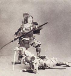 An Onna-Bugeisha (a female belonging to the samurai class) wielding a naginata… Real Samurai, Ronin Samurai, Samurai Armor, Samurai Weapons, Japanese History, Asian History, Women In History, Kamakura Period, Military Costumes