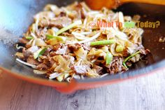 BEEF CHOW FUN / CANTONESE-STYLE STIR-FRIED RICE NOODLES WITH BEEF