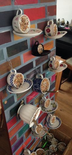 En veel kop-en-schotels voor aan de muur! € 5,-/stuk... Via overwintervogels.nl
