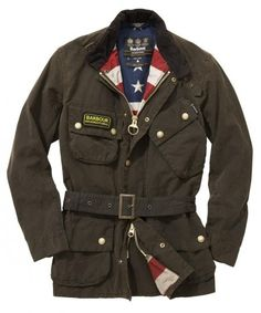 The Barbour Washington Vokset Jakker draws influence from Barbour's cycling, fishing and country heritage to create a unique new style, constructed from classic olive color and belt design.