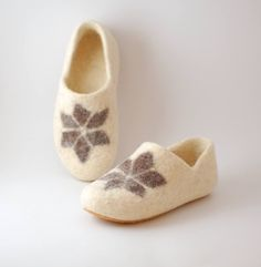 Felt womens clogs with star ornament  organic wool by WoolenClogs