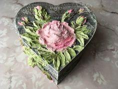 Pentart dekor: Szív formájú doboz rózsákkal Serving Bowls, Decorative Boxes, Tableware, Home Decor, Dinnerware, Decoration Home, Room Decor, Tablewares, Dishes