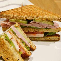 Perinteinen Club Sandwich syntyy yhdistämällä Fazer Paahto -leipä salaattiin, tomaattiin ja kanaan tai kinkkuun. Tämä klassinen kerrosvoileipä on mitä parhain lounas tai tuhdimpi välipala, joka maistuu varmasti myös lapsille. Leivät on helppo koota ja niistä saa myös maistuvia suupaloja illanistujaisiin. Hauskaa vaihtelua saat kokoamalla Club Sandwichin kerrokset eri aineksilla.