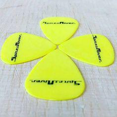 #gelb und #schwarz immer eine super combo! #plektren #plektrench #swissmade #handmade #behindthescenes #yellow #guitar