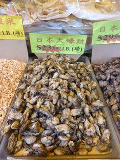 Ostras secas vendidas nas calçadas de Chinatown.
