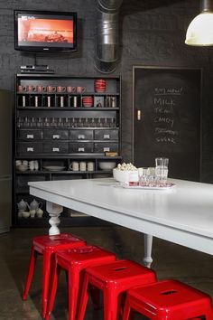 Tendance déco : le rouge, suivez le fil by MyHomeDesign Jeu de contrastes, mur noir, table de repas blanc éclatant et tabourets Tolix rouge flamboyants