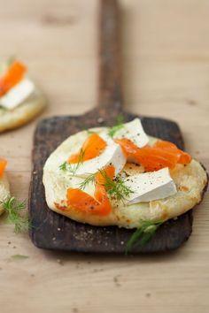 Rezept: Kleine Lachsflammkuchen mit Géramont mit Joghurt. Schmecken knusprig frisch vom Blech am besten und sind perfekt zum Wein oder für ein leichtes Abendessen. #cestbon