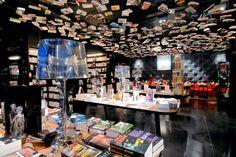 Los libros invaden el espacio y cuelgan del techo.