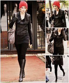 Chaqueta de piel, falda, medias y botas altas negras. Gorro de lana rojo