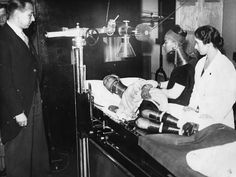 Members of Bertram Mills Freak Show are examined by a medical profession On the examination table is the Giraffe Necked Woman 1935 Hulton Archive Stringer Creepy Vintage, Vintage Circus, Lena Headey, Thomas Brodie Sangster, Freddy Krueger, Stevie Nicks, Arya Stark, American Horror Story, Vintage Photographs
