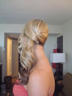 Pretty and ellegant side ponytail, might have to use this hairstyle instead!